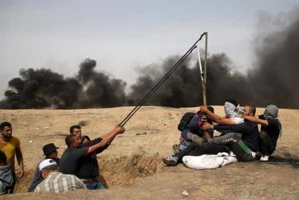 Palestinians use a giant slingshot to attack IDF forces with rocks (al-Qabas, April 21, 2018).