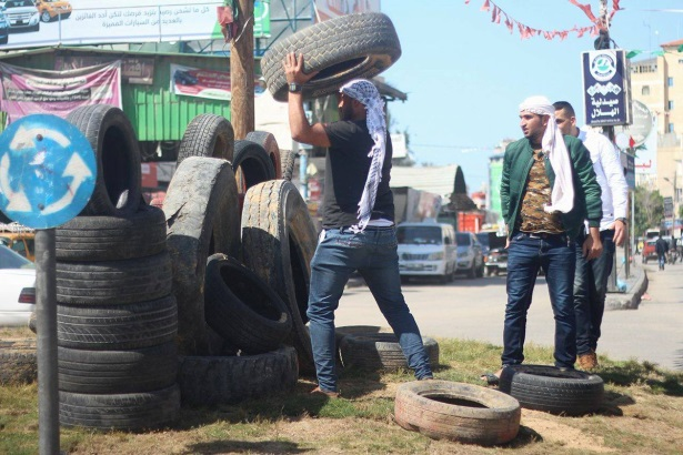 Collecting tires in Rafah (Palinfo Twitter account, April 22, 2018).