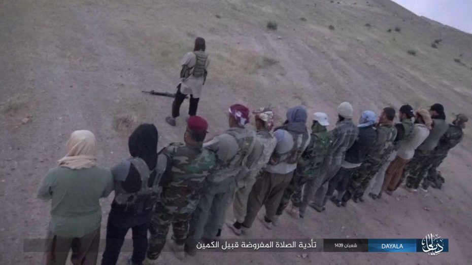 Fifteen ISIS operatives saying a prayer before setting out to the area where they would set up ambushes for Popular Mobilization fighters in Khanaqin (Nasher, April 19, 2018)
