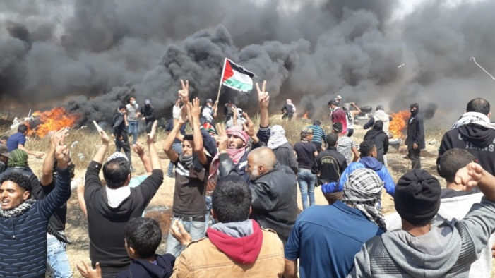 Palestinian crowd close to the security fence east of Khan Younes (WAFA, April 27, 2018)