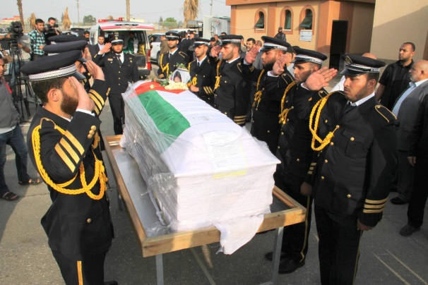 The coffin of Fadi al-Batsh, and a guard of honor (Facebook page of the Interior Ministry in the Gaza Strip, April 26, 2018; PALINFO, April 26, 2018)