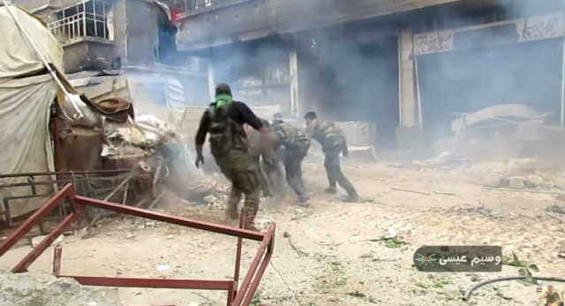 Syrian army soldiers advancing in the Yarmouk refugee camp under the protection of a tank (the soldier Wassim Eissa's YouTube channel, April 27, 2018)