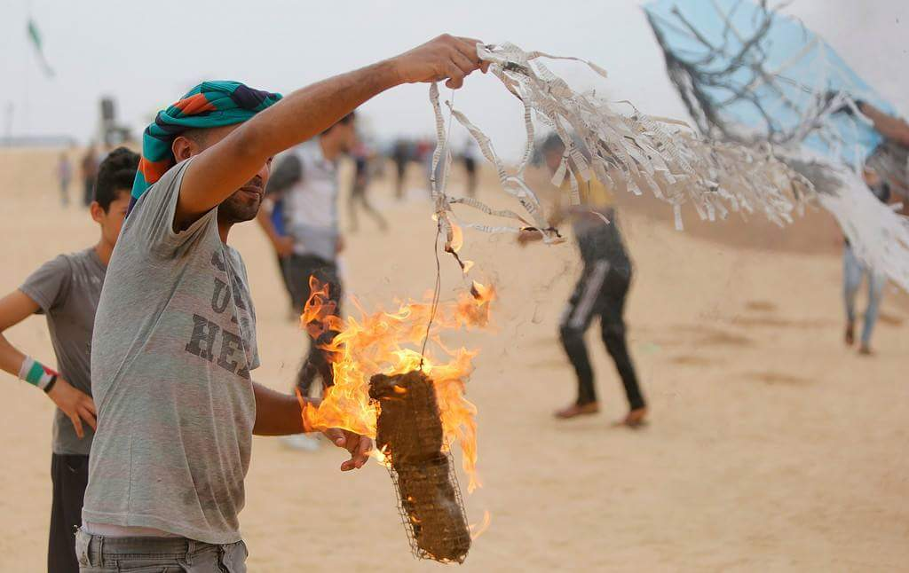 Palestinians making a Molotov kite east of Gaza, with the intention of sending it to Israeli territory (PALINFO Twitter account, May 4, 2018)