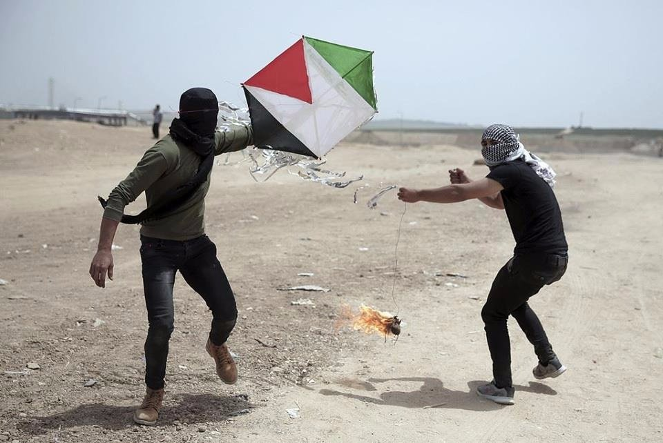 Palestinians flying a Molotov kite from the central Gaza Strip toward Israel (PALINFO Twitter account, April 21, 2018).