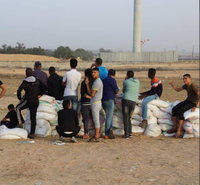 Palestinian youths making sandbags east of Rafah in preparation for the violent activities on Friday, May 4, 2018 (PALINFO Twitter account, May 4, 2018)