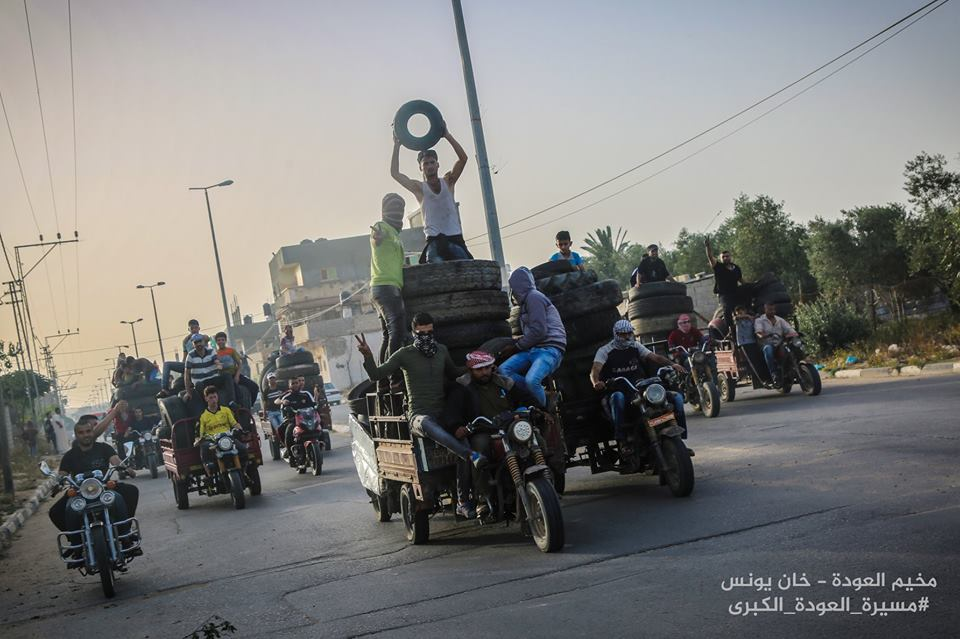 Palestinians taking a load of tires from the city of Khan Yunis to one of the areas of activity in eastern Khan Yunis (Shehab Facebook page, May 4, 2018).