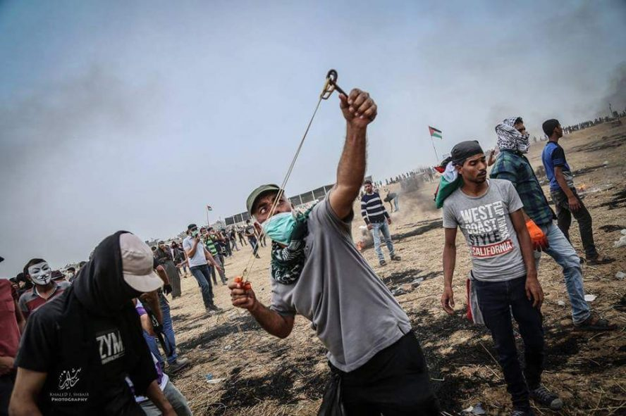 Palestinians throwing stones at IDF forces east of Khan Yunis (PALINFO Twitter account, May 5, 2018).