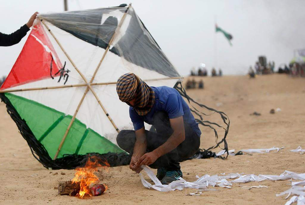 """Palestinian demonstrators breaking into the Palestinian side of the Kerem Shalom crossing and setting fire to a """"security position"""" there (PALINFO Twitter account, May 4, 2018)"""