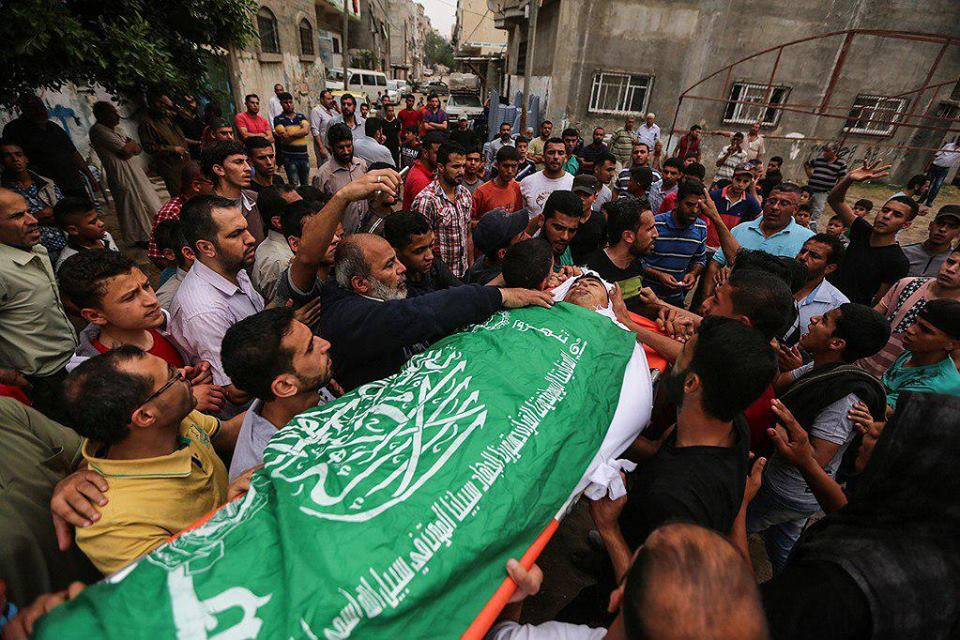 The body of Anas Shawqi Abu Asr wrapped in a Hamas green flag (QUDSN Facebook page, May 3, 2018)