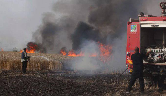 Fire in the fields of Kibbutz Be'eri, caused by a Molotov kite sent from the Gaza Strip (Al-Resalah Facebook page, May 2, 2018)