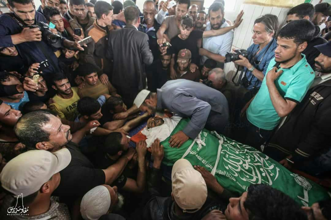 The funeral of Jaber Salem Abu Mustafa. His body was wrapped in a Hamas flag (Twitter account of Palinfo, May 12, 2018)