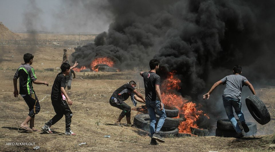 Rioters set tires on fire near the security fence in the Gaza Strip (Facebook page of Shehab, May 14, 2018)
