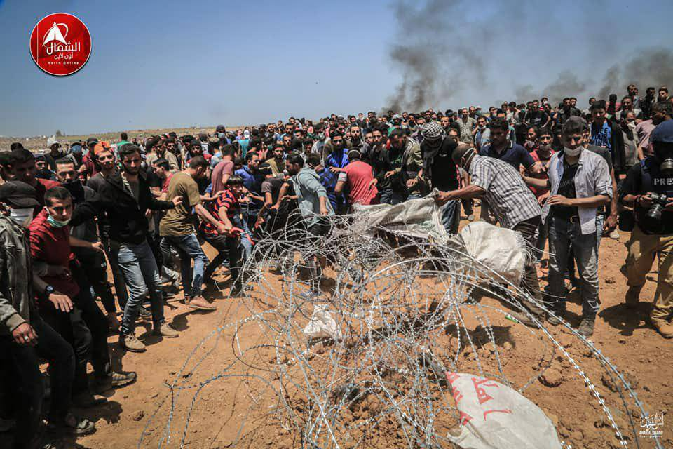 Palestinian rioters cut the barbed wire fence during clashes east of Jabalia (Facebook page of Beit Hanoun News, May 14, 2018).