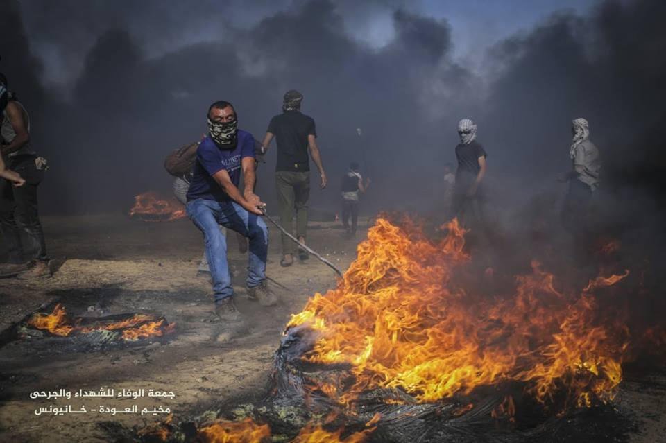Palestinians riot near the security fence on May 18, 2018 (Shehab Facebook page, May 18, 2018).
