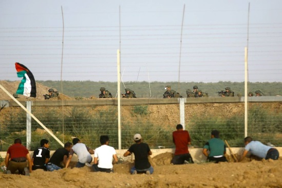 Palestinian boys sabotage the border security fence in the region of Khirbat Ikhza'a east of Khan Yunis (Palinfo Twitter account, May 26, 2018). Hamas customarily sends its young men to sabotage the fence.[3]