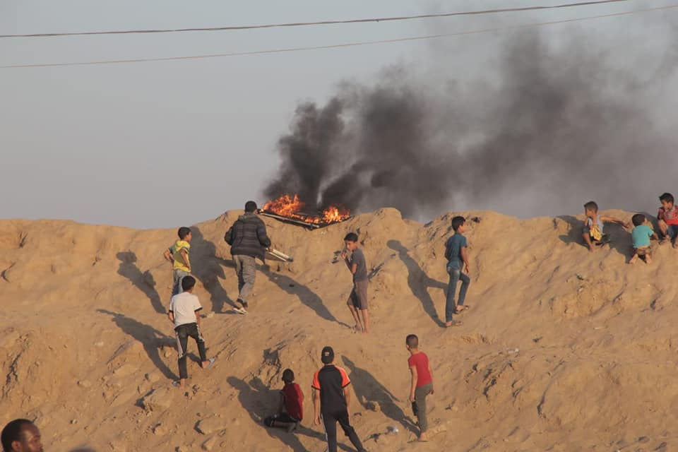 Children present near riots in the central Gaza Strip (Shehab Facebook page, June 1, 2018).