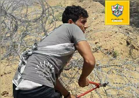 Ramzi al-Najar cuts through the security fence (Facebook page of the Muhammad Abu Ali Fatah branch in eastern Khan Yunis, June 4, 2018).