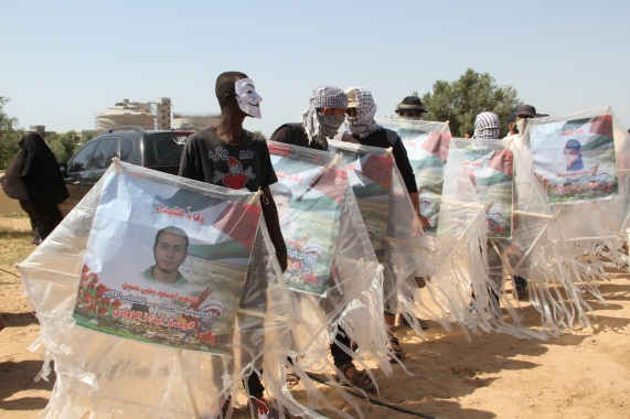 "Kites with pictures of shaheeds. Right: Razan al-Najar (Facebook page of the ""supreme authority of the great return march,"" June 8, 2018)."