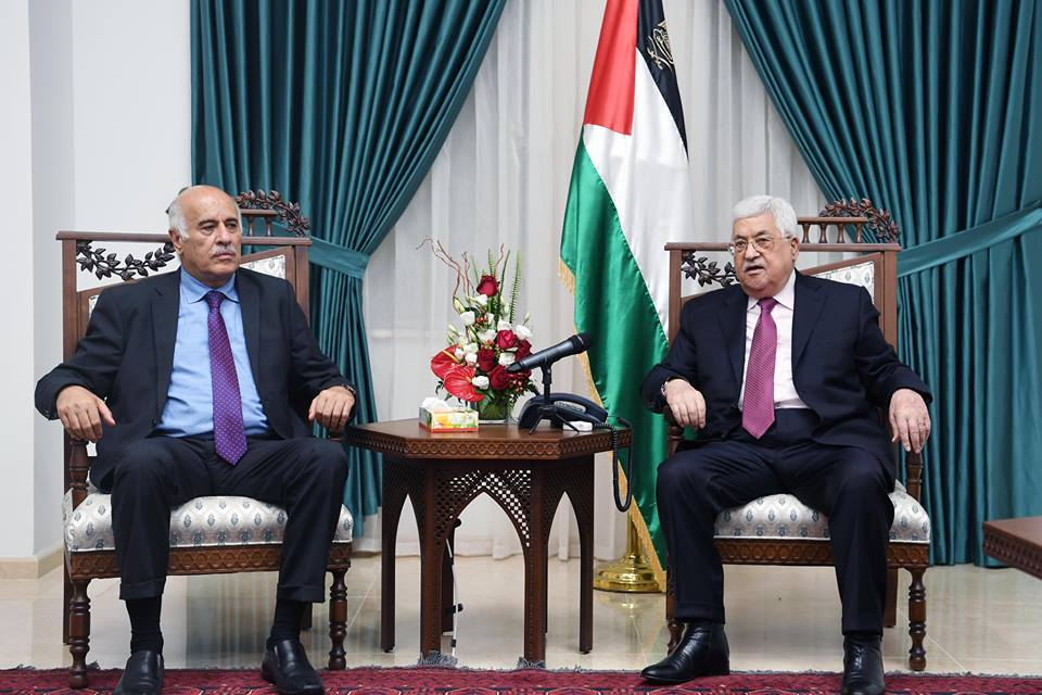 Mahmoud Abbas hosts Jibril Rajoub in his office, and thanks him for his actions (Mahmoud Abbas' Facebook page, June 8, 2018).