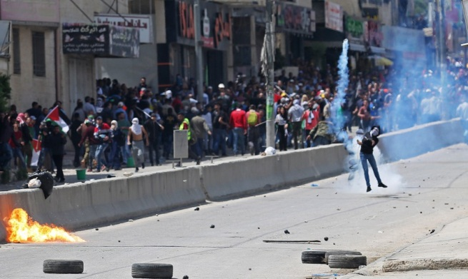Palestinians riot against Israeli security forces at the Qalandia crossing (Wafa, May 14, 2018).