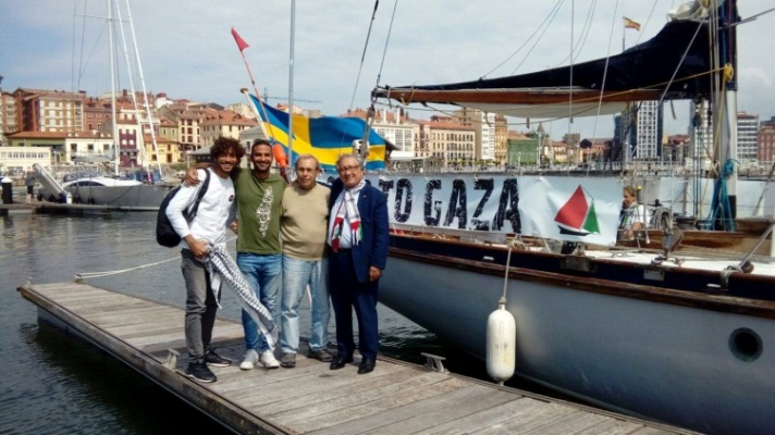 The Palestinian representative in Spain (right) visits the boats (Facebook page of Awny Farhat, the former coordinator of the Gaza Ark project, June 15, 2018).