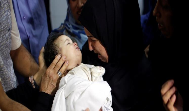 A picture that went viral, showing the dead infant in her mother's arms (aljazeera.net, May 20, 2018).