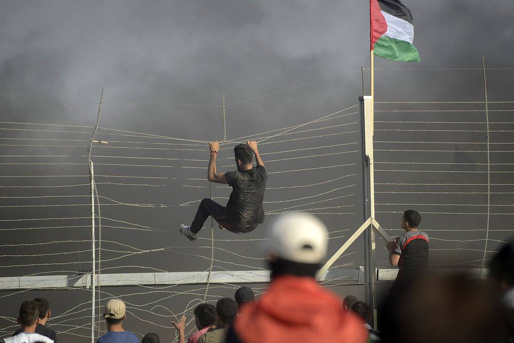 Palestinians try to cross the security fence east of Gaza City (Facebook page of Palestine Live, June 23, 2018).
