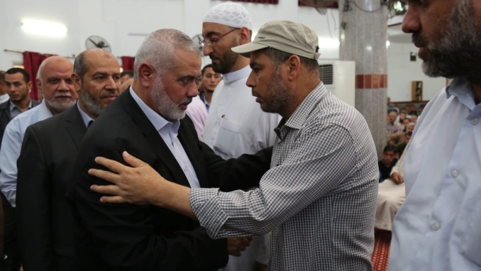 Yahya al-Sinwar, Amjad Abu al-Naja and Isma'il Haniyeh carry the body (Hamas website, June 30, 2018).