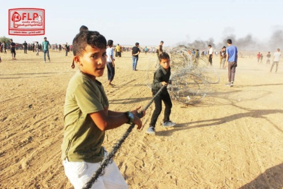 Children drag barbed wire away from the security fence in eastern Khan Yunis (Facebook page of the information bureau of the Popular Front for the Liberation of Palestine (PFLP) in the Khan Yunis district, July 7, 2018).