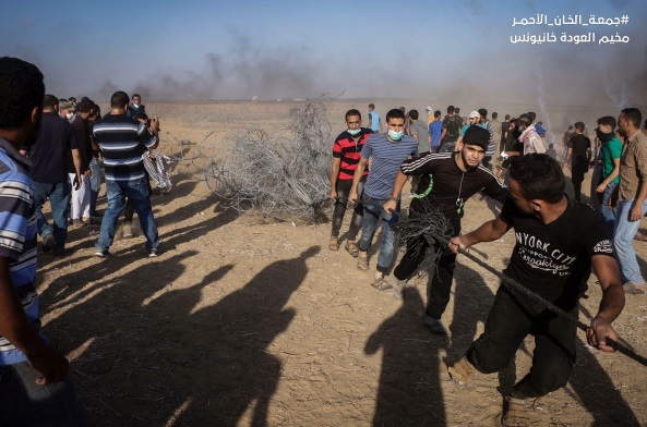 Rioters drag the barbed wire near the security fence in eastern Khan Yunis (Facebook page of the
