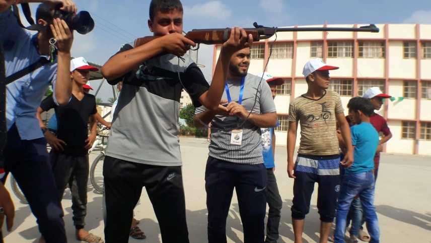 Weapons training in the summer camp in the al-Qarara neighborhood in the eastern part of Khan Yunis (Facebook page of the summer camps committee in Khan Yunis, July 15, 2018).
