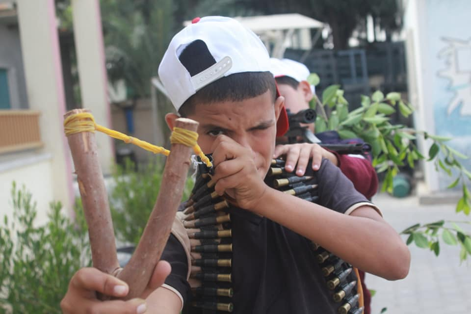 Practicing using slings and slingshots to hurl stones in the Ma'an region / the Abu Obeida branch in Khan Yunis (Facebook page of the summer camps committee in the Ma'an region, July 15, 2018).