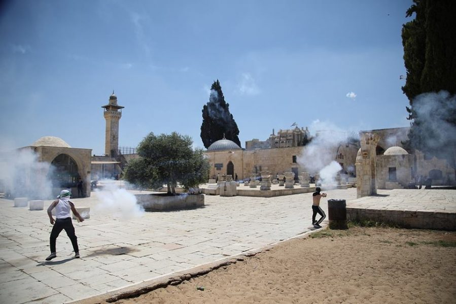 Clashes on the Temple Mount. Palestinians hold fireworks launchers (Shehab Facebook page, July 28, 2018).
