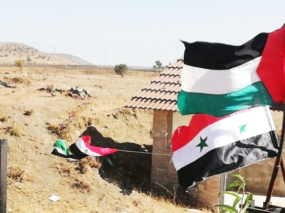 Syrian flag and the Palestinian flag waved at the Quneitra crossing, defiance of sorts against Israel and an expression of Syrian support for the Palestinians (Al-Quneitra Al-Youm, July 27, 2018)