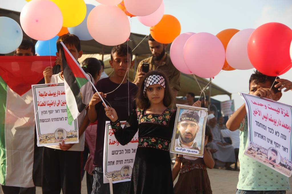 Children launch balloons from the central Gaza Strip. Attached to the balloons are pictures of Palestinian terrorist prisoners and shaheeds, as well as messages for Israel (Facebook page of the