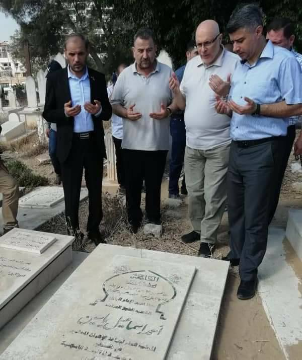 The Hamas delegation, headed by Saleh al-Arouri (second from left), pays a visit to the grave of Ahmed Yassin (Palinfo Twitter account, August 5, 2018).