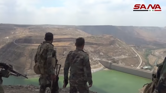 Syrian army soldiers looking at the Al-Wahda Dam in the Yarmouk Basin (SANA, August 2, 2018)
