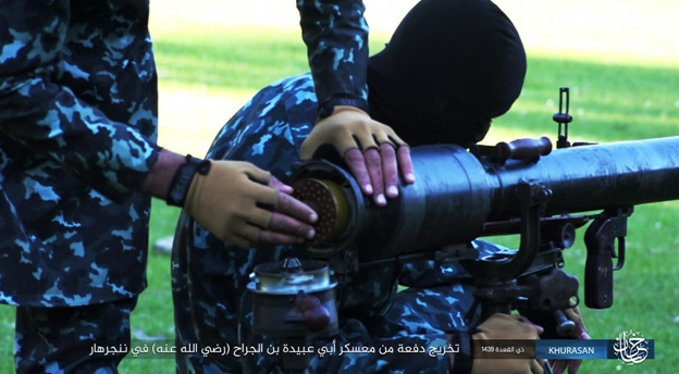 ISIS operatives being trained in the operation of a recoilless gun (www.k1falh.ga, an ISIS-affiliated website, August 6, 2018)