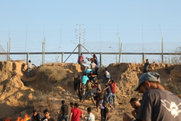 Rioters sabotage the security fence in the central Gaza Strip (Facebook page of the Supreme National Authority of the Return March, August 10, 2018). A