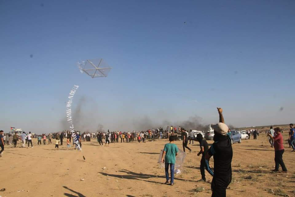 "Launching incendiary kites in eastern Gaza City during the ""return march"" (Palinfo Twitter account, August 10, 2018)."