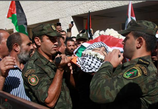The body of terrorist Iyad al-'Awauda wrapped in the Palestinian flag and carried by Palestinian national security force operatives (Wafa News Agency, October 17, 2015).