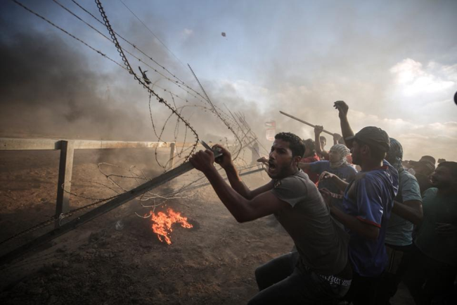 "Gazan rioters try to break through the security fence during a ""return march"" (Supreme National Authority of the Great Return March Facebook page, August 17, 2018)."
