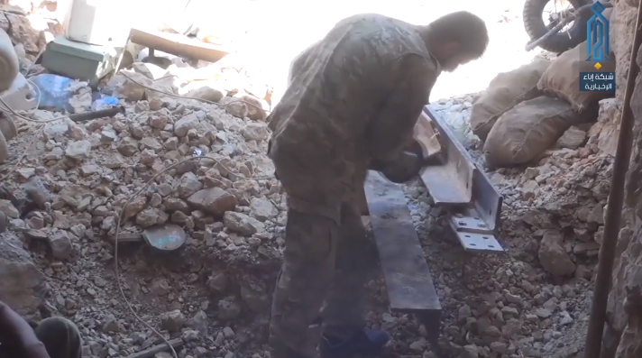 Operative of the Headquarters for the Liberation of Al-Sham reinforcing a position in the area of the Kurds' Mountain (Ibaa, August 21, 2018)