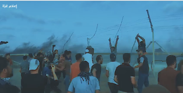"Attempts to sabotage the security fence in the eastern Gaza Strip during a ""return march"" (Facebook page of the Supreme National Authority of the Great Return March, August 25, 2018)."