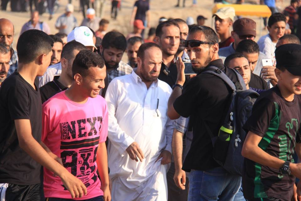 Fathi Hamad (center, in white) visits the