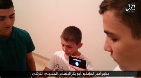 The young ISIS operatives pledging allegiance to Abu Bakr al-Baghdadi before carrying out the attacks (photo from a video released by the Amaq News Agency, Melisa@cmellaniac Twitter account, August 21, 2018).