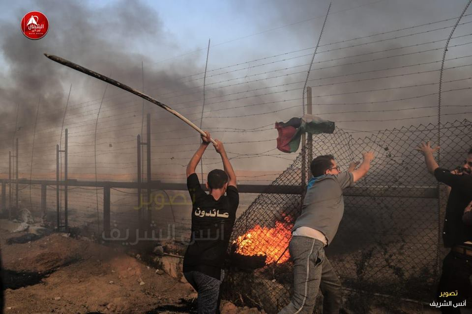 Palestinians sabotage the security fence in the northern Gaza Strip (QudsN Twitter account, August 31, 2018).