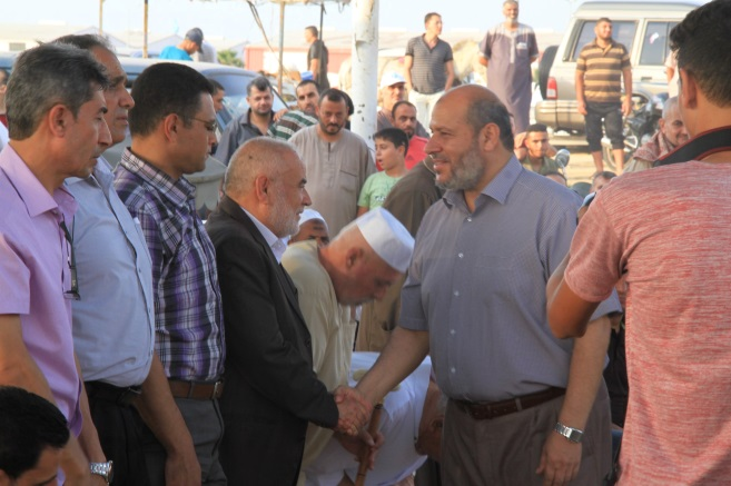 Khalil al-Haya, deputy chairman of Hamas' political bureau in the Gaza Strip (gray shirt), in eastern Gaza City (Supreme National Authority of the Return March Facebook page, September 1, 2018).
