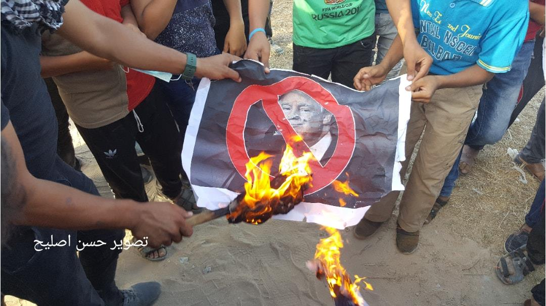 Burning pictures of Trump in eastern Gaza City (Facebook page of the Supreme National Authority of the Return March, September 7, 2018)
