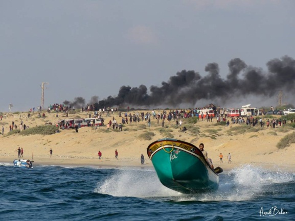 The flotilla to the Israeli coast. In the photo on the left, a burning tire can be seen on a raft (QUDSN Twitter account, September 10, 2018)